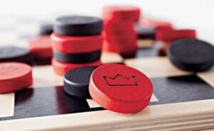 Играть в шашки - дамка
